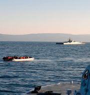 Arkivbild på en båt med migranter och Turkiets kustbevakning.  Uncredited / TT NYHETSBYRÅN