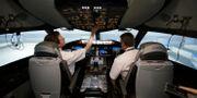 Illustrationsbild: American Airlines-piloter i en Boeing 787-flygsimulator. LM Otero / TT NYHETSBYRÅN