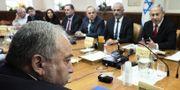 Avigdor Lieberman och mitt emot honom Israels premiärminister Benjamin Netanyahu. Arkivbild.  TT