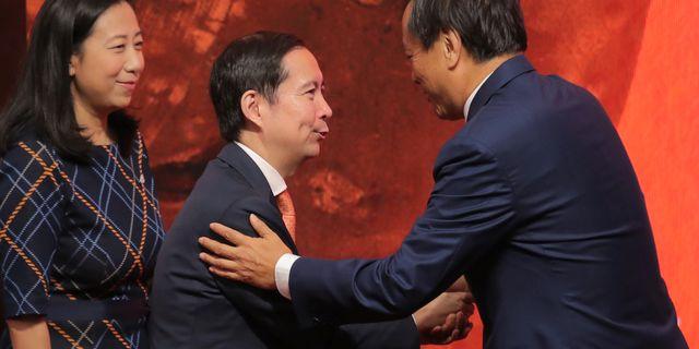 Hongkongbörsens vd Charles Li skakar hand med Alibabas vd Daniel Zhang Yong inför deras notering i USA.  Kin Cheung / TT NYHETSBYRÅN