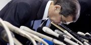 Takatas vd Shigehisa Takada bugar på en presskonferens, 26 juni.  Akiko Matsushita / TT / NTB Scanpix