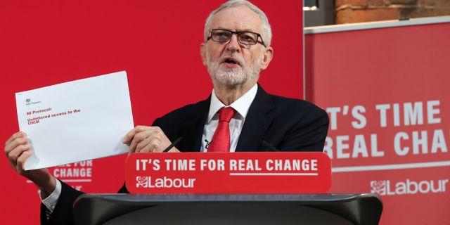 Jeremy Corbyn med dokumenten. YVES HERMAN / TT NYHETSBYRÅN