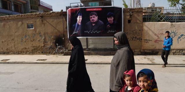 Wakil Hussain Allahdad på en banderoll i Kabul på måndagen. WAKIL KOHSAR / AFP