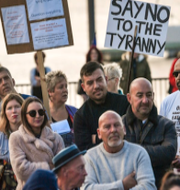 Lockdown-kritiska protester i Cardiff Bay, Wales. TT