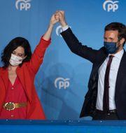 Isabel Díaz Ayuso med PP:s partiledare Pablo Casasdo. Bernat Armangue / TT NYHETSBYRÅN