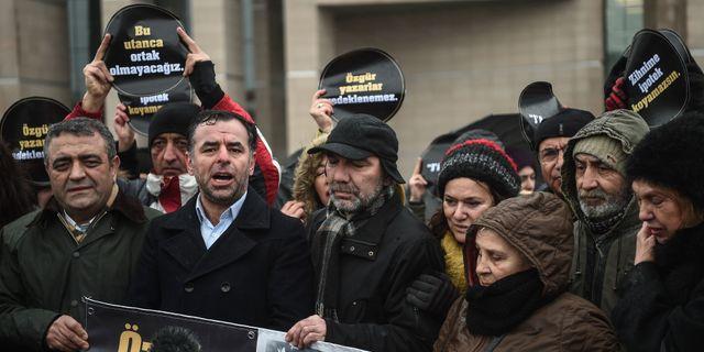 Regeringskritiker utanför domstolen OZAN KOSE / AFP