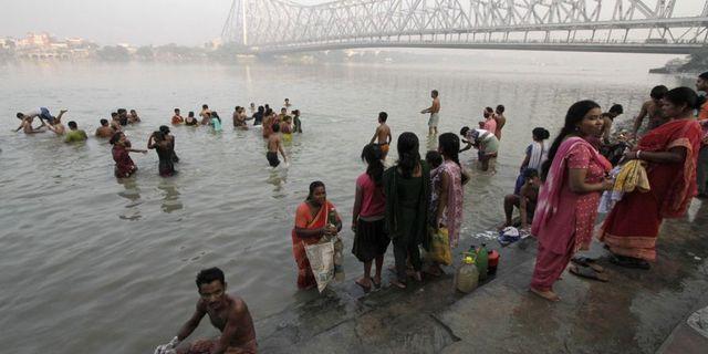 Arkivbild. Bron i Ganges i bakgrunden. Bikas Das/AP/TT