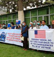 Afghanska tolkar protesterar utanför USA:s ambassad i Kabul.  Mariam Zuhaib / TT NYHETSBYRÅN