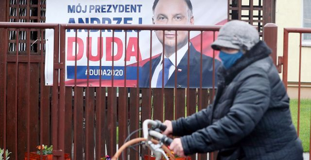 Andrzej Dudas kampanjaffischer. Czarek Sokolowski / TT NYHETSBYRÅN