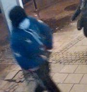 Bilder på gärningsmannen från övervakningskamera.  Polisen