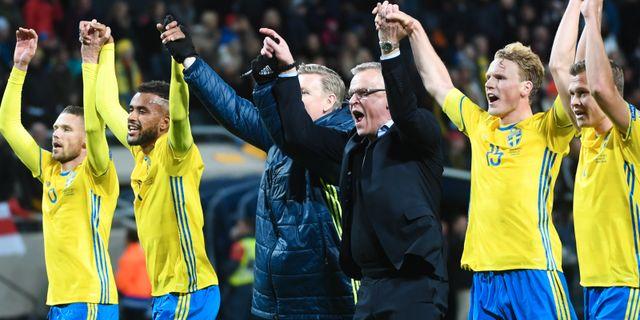 Sverige och förbundskapten Janne Andersson jublar efter segern. Fredrik  Sandberg  TT   TT NYHETSBYRÅN. Kvalet till fotbolls-VM 2018 a0cf72e195443