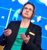 Nationalekonom Eva Mörk förklarar årets pristagares forskning.  Claudio Bresciani/TT / TT NYHETSBYRÅN