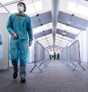 Arkivbild: Personal väntar på att genomföra tester vid ett testcentrum i Köpenhamn Liselotte Sabroe / TT NYHETSBYRÅN
