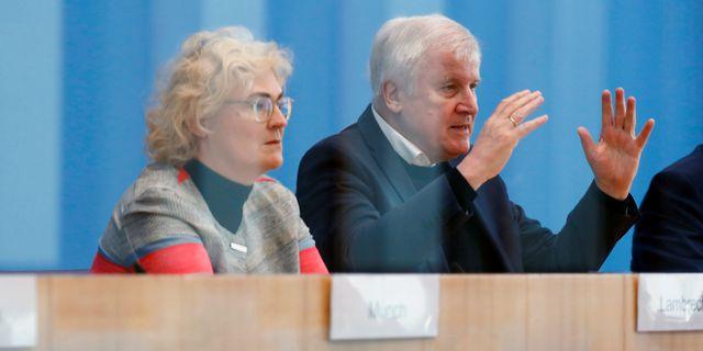 Tysklands inrikesminister Horst Seehofer och justitieminister Christine Lambrecht.  FABRIZIO BENSCH / TT NYHETSBYRÅN