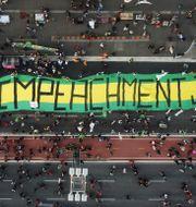 Tusentals demonstrerar just nu mot Bolsonaro i Brasilien. Nelson Antoine / TT NYHETSBYRÅN