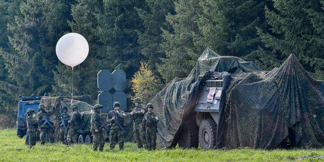 Arkivbild: Militärfordon med skyddsnät och soldater under försvarsövningen Aurora 17 Jonas Ekströmer/TT / TT NYHETSBYRÅN