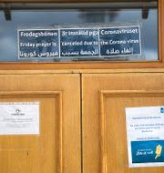 Skyltar om inställd fredagsbön i Stockholms moské. Arkivbild. Janerik Henriksson/TT / TT NYHETSBYRÅN