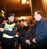 Arkivbild: Malmöpolitikern Katrin Stjernfeldt Jammeh (S) och statsminister Stefan Löfven (S) vid gränskontrollen vid Hyllie station hösten 2015 Drago Prvulovic/TT / TT NYHETSBYRÅN