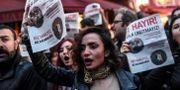 Anhängare till nej-sidan i valet protesterar i Istanbul, dagen efter folkomröstningen. OZAN KOSE / AFP