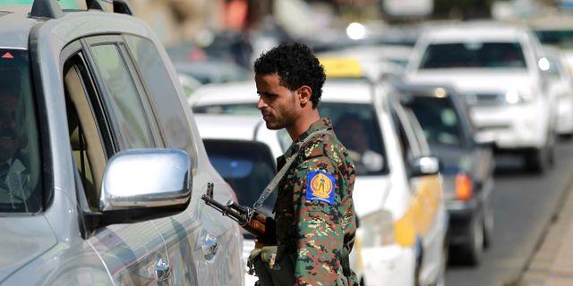 Anhängare huthirebellerna vid en checkpoint i Jemens huvudsta Sanaa. MOHAMMED HUWAIS / AFP