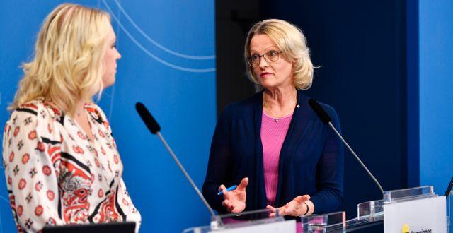 Barn-äldre och jämställdhetsminister Lena Hallengren (S) och migrationsminister Helén Fritzon (S). Anders Wiklund/TT / TT NYHETSBYRÅN