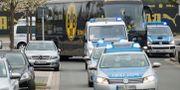 Dortmunds spelarbuss eskorteras av polisbilar.  Marius Becker / TT / NTB Scanpix