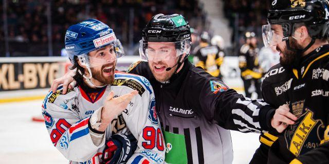Oskarshamns Alex Hutchings i bråk med AIK:s Jacob Dahlström. JESPER ZERMAN / BILDBYRÅN