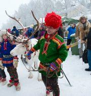 Familjen Kuhmunens renrajd tågar genom Jokkmokks marknad, 2011 FREDRIK SANDBERG / TT / TT NYHETSBYRÅN