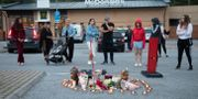 Blommor och ljus vid platsen där den 12-åriga flickan sköts till döds. Ali Lorestani/TT / TT NYHETSBYRÅN