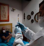 En vaccindos förbereds för 85-åriga Giorgio Tagliacarne i Rom. Alessandra Tarantino / TT NYHETSBYRÅN