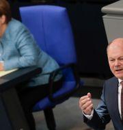 Angela Merkel och Olaf Scholz. Markus Schreiber / TT NYHETSBYRÅN/ NTB Scanpix