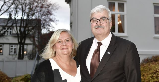Håkan Juholt tillsammans med sin hustru Åsa utanför ambassaden  Stina Stjernkvist/TT / TT NYHETSBYRÅN