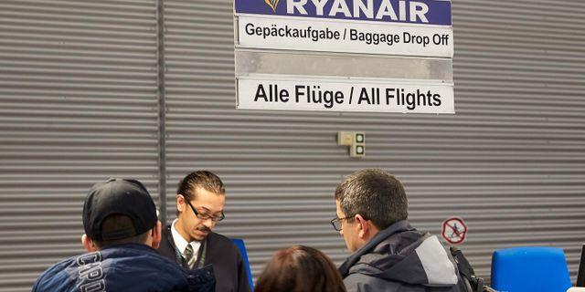 Passagerare checkar in på Ryanairs desk vid flygplatsen Frankfurt Hahn tidigt på fredagsmorgonen. THOMAS FREY / dpa