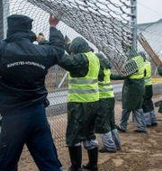 Stängsel sätts upp vid gränsen mellan Ungern och Serbien. Arkivbild. Sandor Ujvari / TT / NTB Scanpix