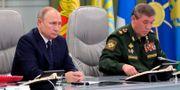 Rysslands president Vladimir Putin till vänster. Mikhail Klimentyev / TT NYHETSBYRÅN