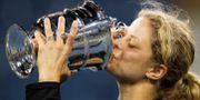 Kim Clijsters kysser bucklan efter att ha vunnit US Open 2010. JASON O'BRIEN / BILDBYRÅN