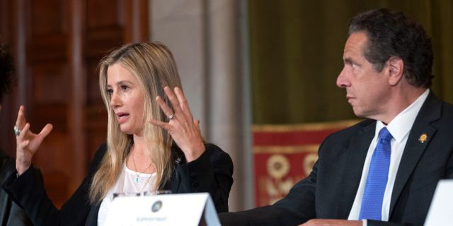 Mira Sorvino tillsammans med New Yorks guvernör Andrew Cuomo.  Mike Groll / TT NYHETSBYRÅN