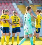 Svenska laget jublar vid 5–1-målet.  Stefan Jerrevång/TT / TT NYHETSBYRÅN