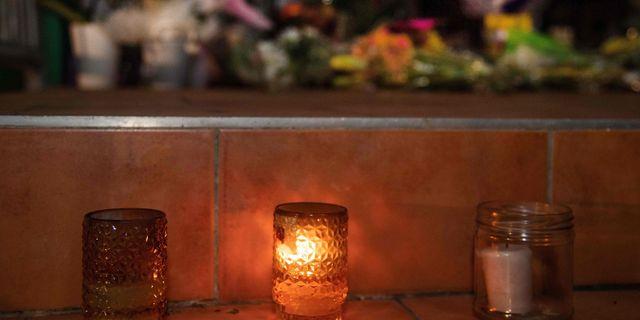 Blommor har fästs vid en av de utsatta moskéerna i Christchurch. MARTY MELVILLE / AFP