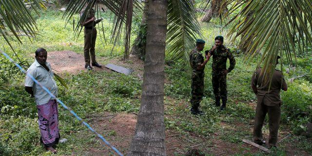 Säkerhetspoliser i staden Pugoda öster om huvudstaden Colombo. THOMAS PETER / TT NYHETSBYRÅN