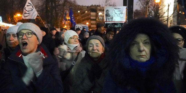 Människor demonstrerar utanför parlamentet i samband med att lagen röstades igenom. JANEK SKARZYNSKI / AFP