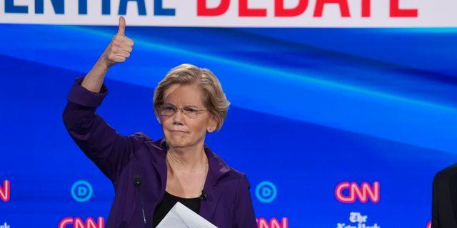 Elizabeth Warren gör tummen upp till publiken.  SHANNON STAPLETON / TT NYHETSBYRÅN