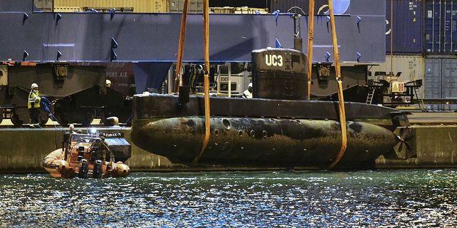 Ubåten Nautilus upplyft ur vattnet vid kaj i Köpenhamns hamn vid 00.30-tiden på fredagskvällen.  Johan Nilsson/TT