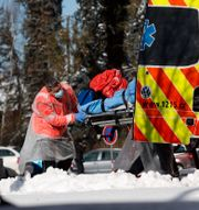 Ambulanspersonal hämtar en covidpatient. Petr David Josek / TT NYHETSBYRÅN