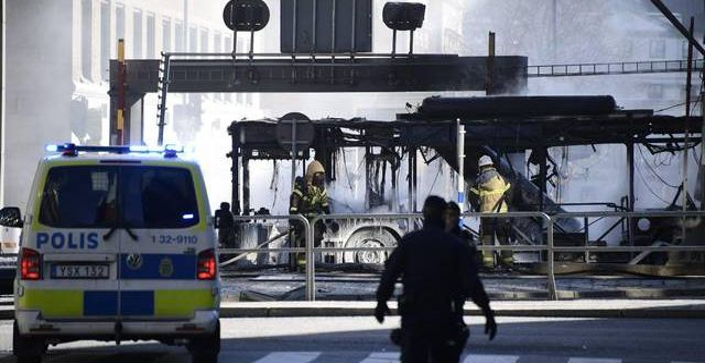 En SL-buss exploderade vid Klaratunneln i Stockholm.  Foto: Marcus Ericsson/TT