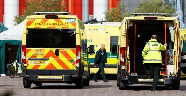 Ambulanser lastar av brittiska covidpatienter. JOHN SIBLEY / TT NYHETSBYRÅN