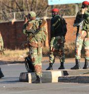 Militär patrullerade i Harare i fredags inför planerade protester. Tsvangirayi Mukwazhi / TT NYHETSBYRÅN