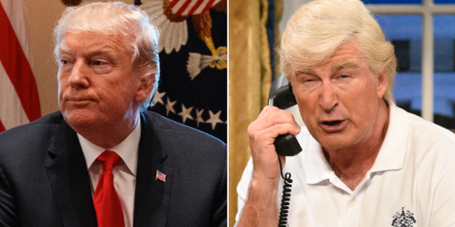 Donald Trump, den riktige. Till höger Alec Baldwin som Trump.   Evan Vucci/TT/ Will Heath/TT