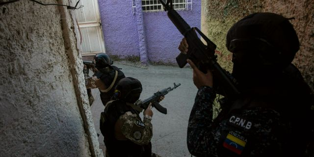 Arkivbild, medlemmar ur Venezuelas elitkommandogrupp FAES.  Rodrigo Abd / TT NYHETSBYRÅN