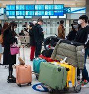 Resenärer anländer från Kina till Charles de Gaulle i Paris på söndagen. Kamil Zihnioglu / TT NYHETSBYRÅN